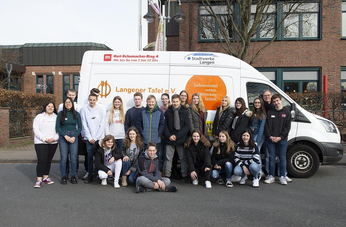 Langener Tafel wird unterstützt von Firmlingen der Albertus-Magnus-Gemeinde Langen, hier mit weiteren Jugendlichen